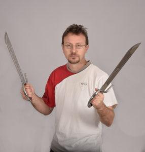Fotografia di Remo Anesin con coltelli