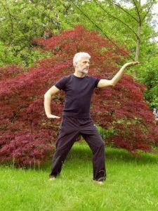 Fotografia di un uomo che pratica il Chi Kung